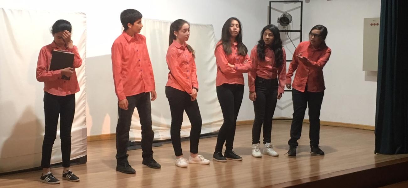 Estudiantes presentan la obra: «Lo Absurdo de la Violencia en un País Largo y Angosto»