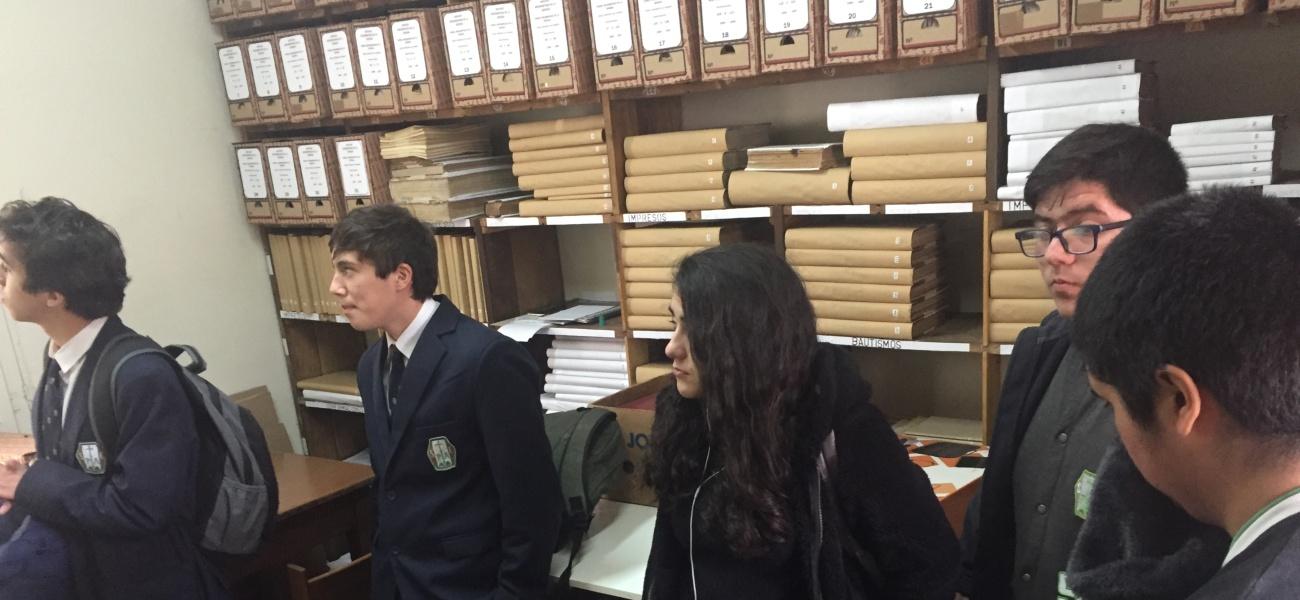 Academia de Patrimonio visita archivos del Arzobispado