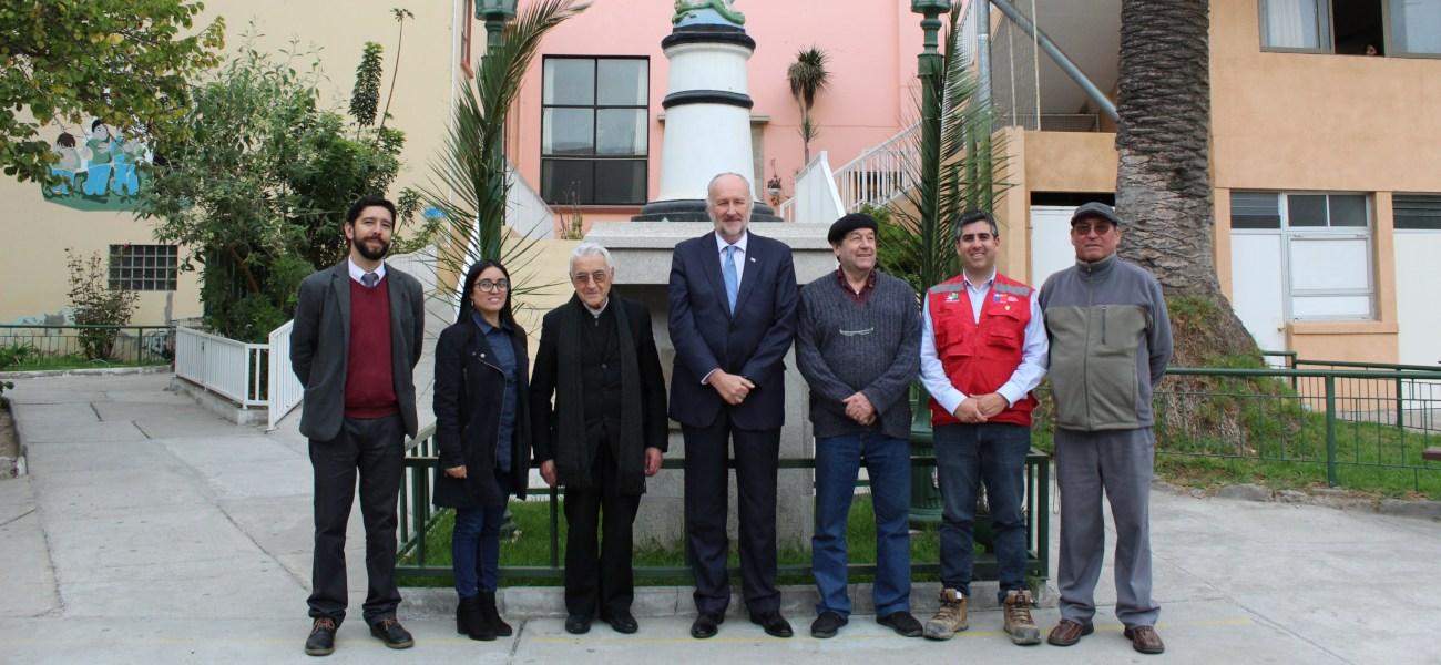 Ministro de Minería realiza emotiva visita a las dependencias del Colegio