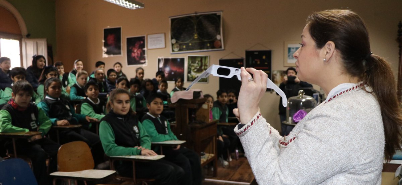 INTENDENTA ENTREGA LENTES CERTIFICADOS PARA OBSERVACIÓN DEL ECLIPSE A ESTUDIANTES