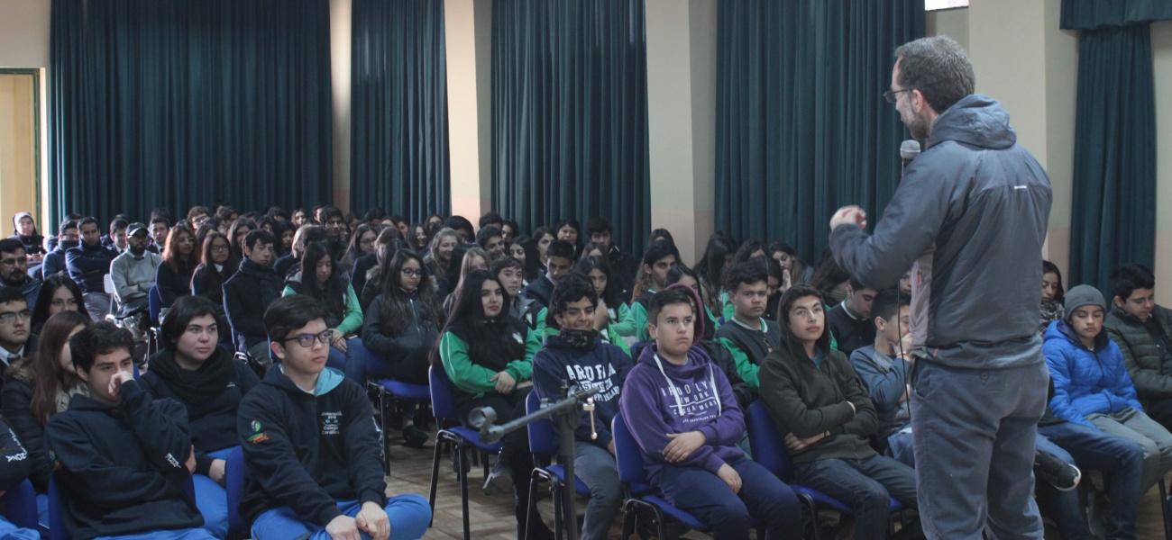 Padre Cristóbal Foenes sj. realiza charla magistral en nuestro Colegio