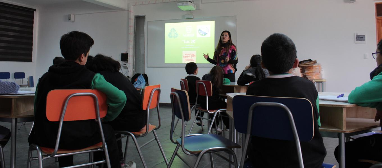 Dictan taller de cuidado del medio ambiente a estudiantes de enseñanza básica